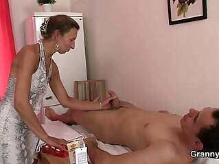 6:16 - Granny masseuse gets her hairy hole nailed -