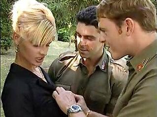 10:38 - Lisa Crawford con dos soldados -