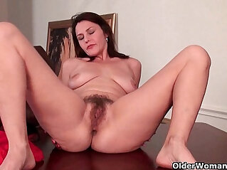 12:35 - Mature milf gives her hairy pussy a workout -