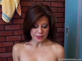 9:59 - Gorgeous mature amateur has a juicy pussy -
